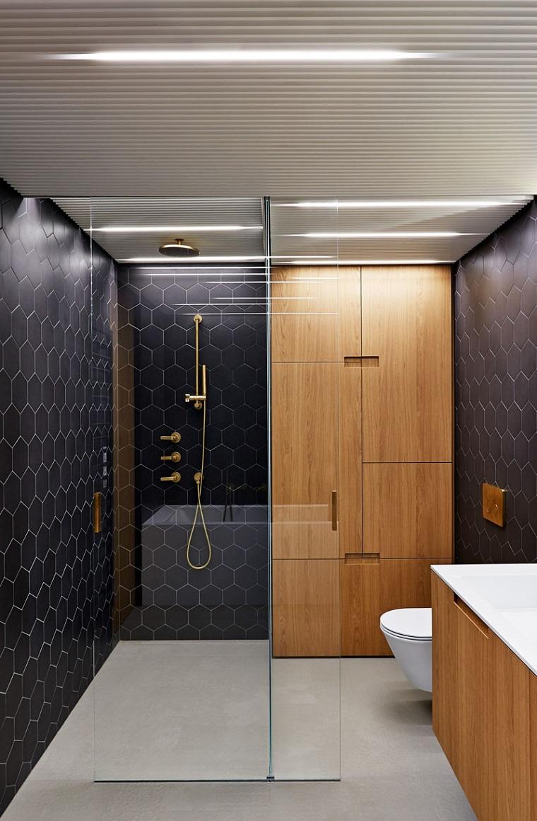 Idee per arredare il bagno, sala da bagno con armadio in legno e box doccia in vetro