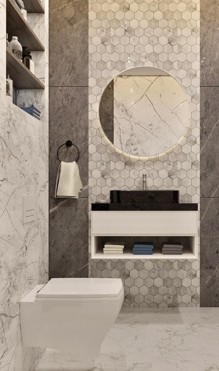 Arredare bagno lungo e stretto, rivestimento pareti con piastrelle effetto marmo
