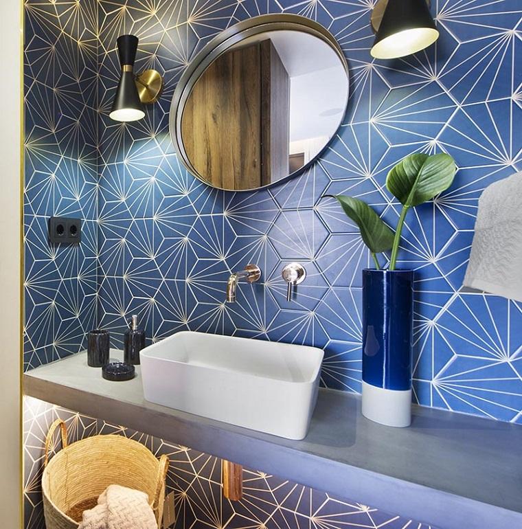 Bagno stretto e lungo con finestra in fondo, parete rivestita con piastrelle di colore blu