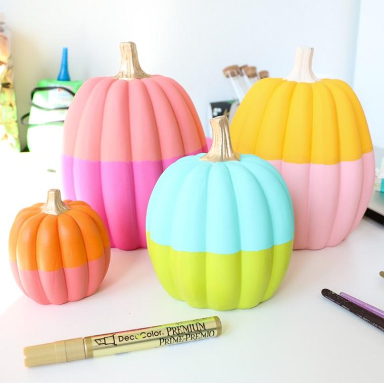 Zucche di plastica dipinte, pennarello e pennelli, immagini zucca Halloween, zucche dipinte con due colori