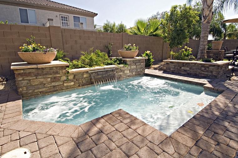 giardino con piscina arredamento per esterni