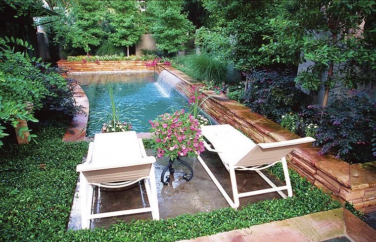 giardino con piscina interrata design esterno