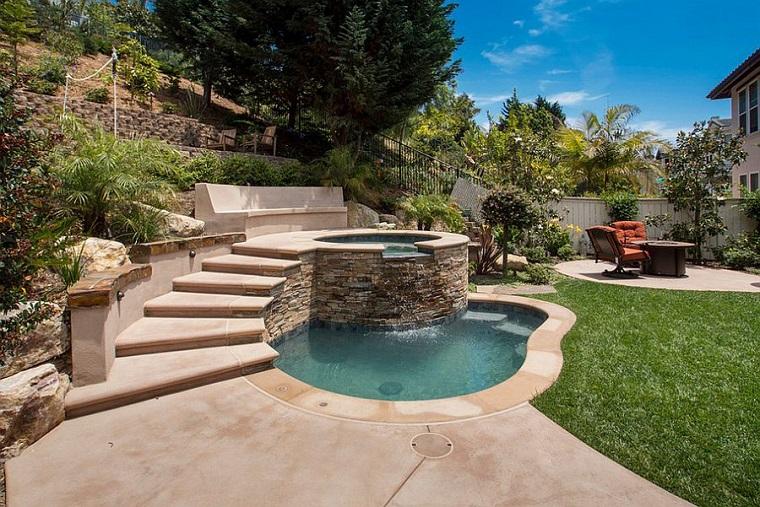 giardino con piscina stile jacuzzi design