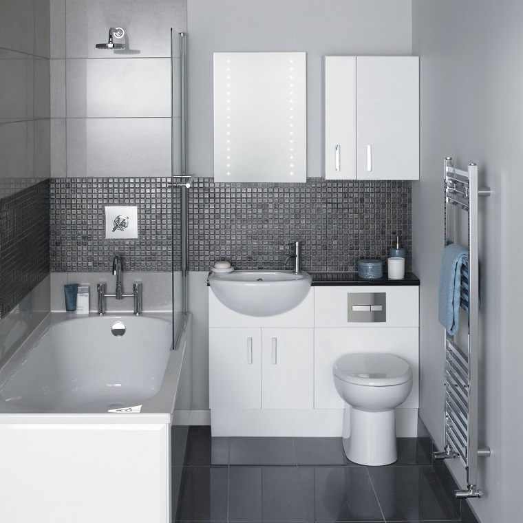 idea bagno piccolo vasca mosaico parete