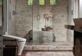Idee bagno moderno con inserti in legno e pietra