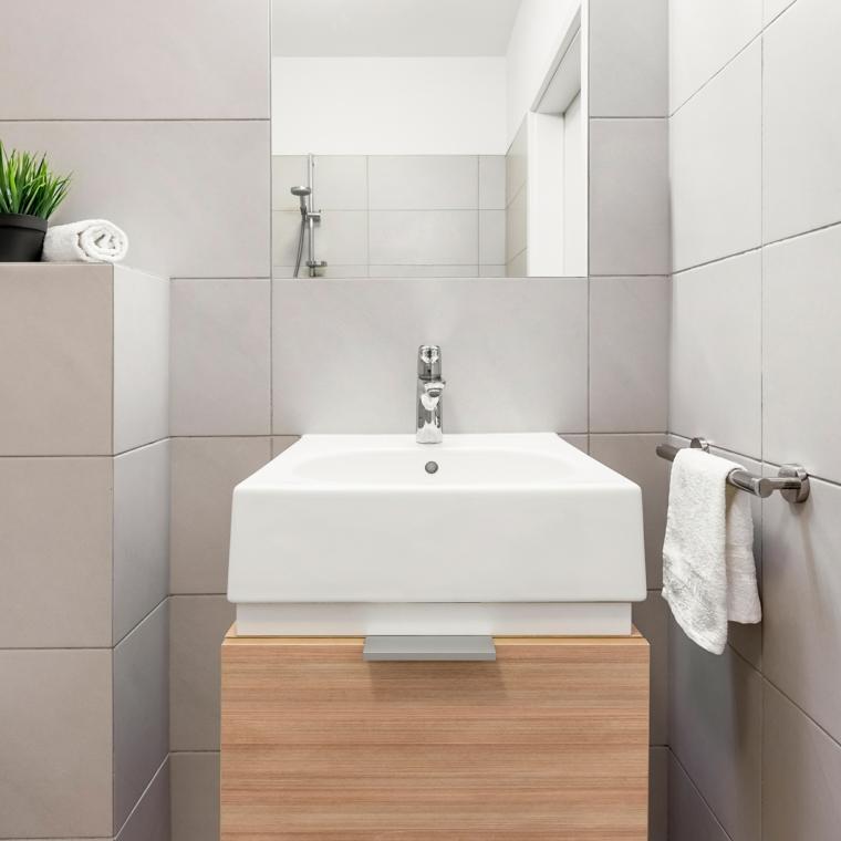 Bagno piccolo con mobile lavabo in legno, bagno con pareti rivestite di piastrelle