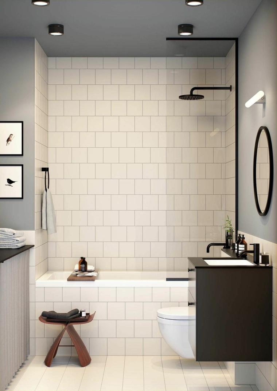 Sala da bagno piccola con vasca, rivestimento pareti bagno con piastrelle bianche