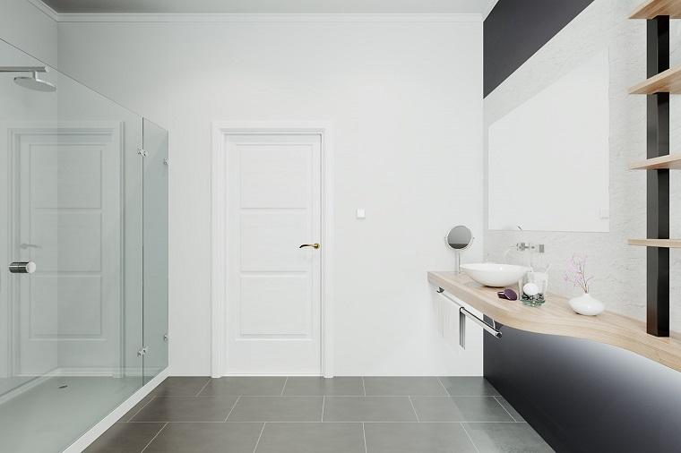 Bagno stretto e lungo con finestra in fondo, mobile lavabo sospeso di legno lavaobo da appoggio