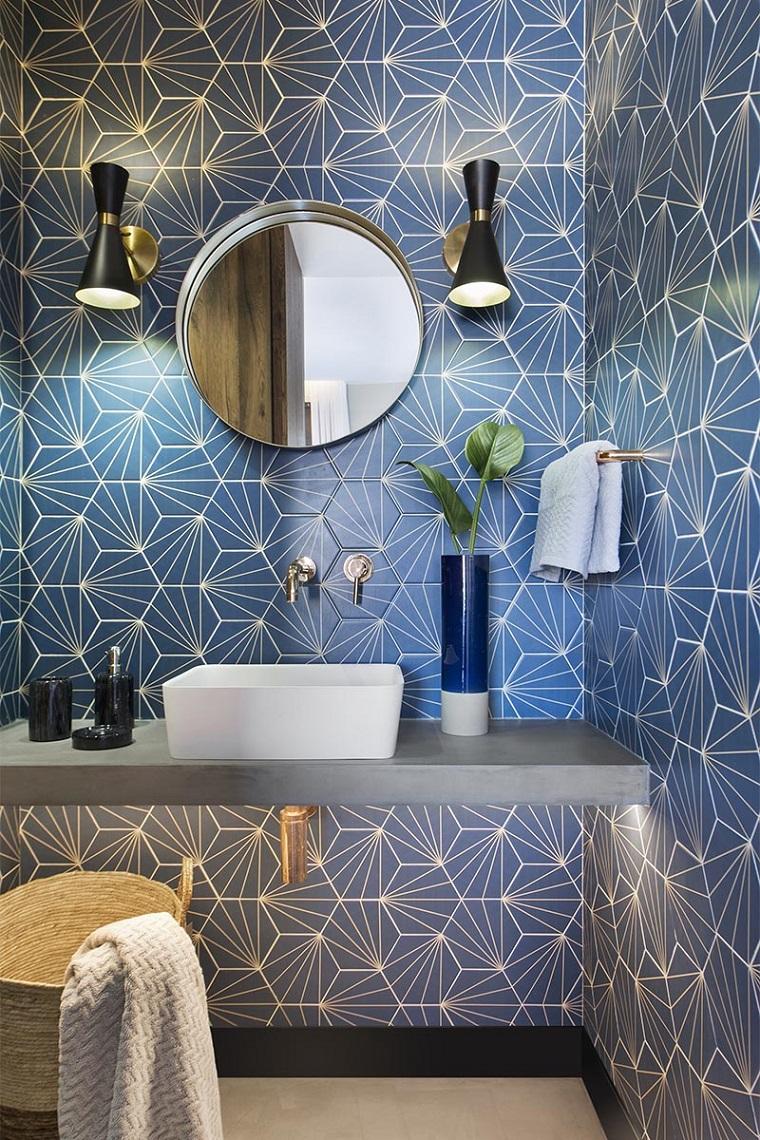 Mobile con lavabo da appoggio, disposizione sanitari bagno rettangolare, parete con rivestimento in piastrelle