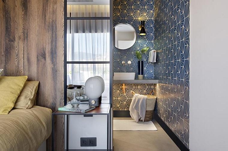 Arredare bagno lungo e stretto, camera da letto con bagno, rivestimento pareti con piastrelle blu