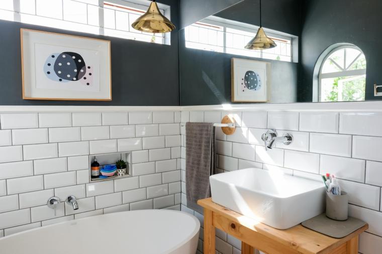 Sala da bagno con vasca, mobile di legno con lavabo di appoggio, rivestimento pareti con piastrelle