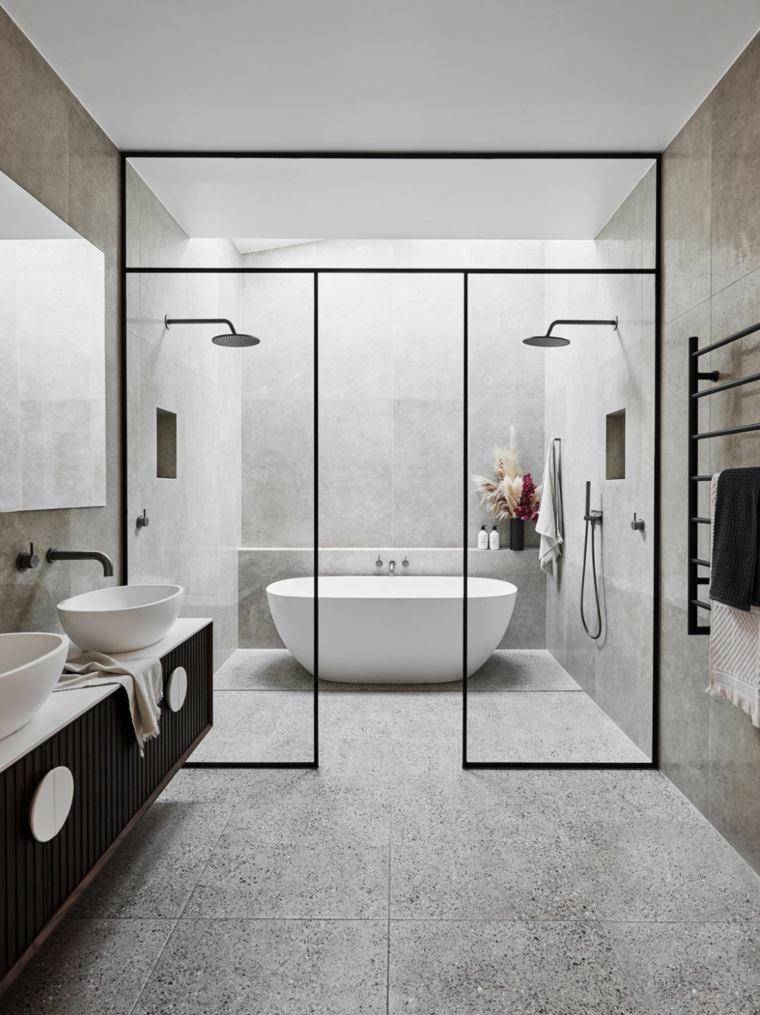 Sala da bagno con vasca e box doccia, rivestimento pareti bagno con piastrelle grigie
