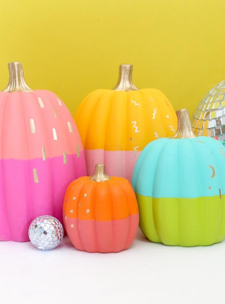 Zucche di Halloween fai da te, zucche dipinte di due colori, disegni su zucche di plastica