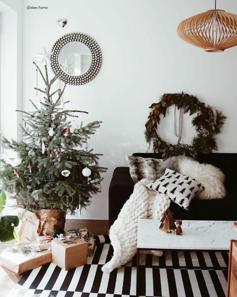 Albero di Natale con scatole regalo, soggiorno con tappeto bianco nero, decori natalizi