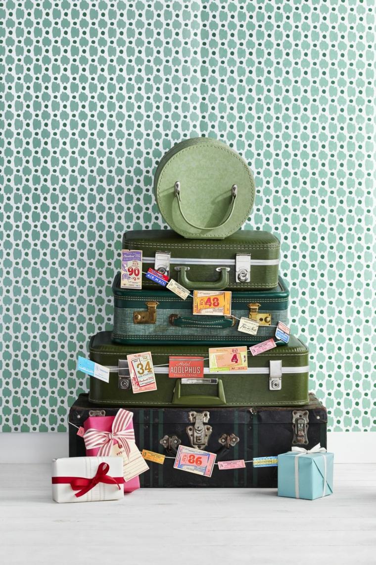 Addobbi natalizi fai da te 2019, valigie vintage di colore verde, albero di Natale da valigie