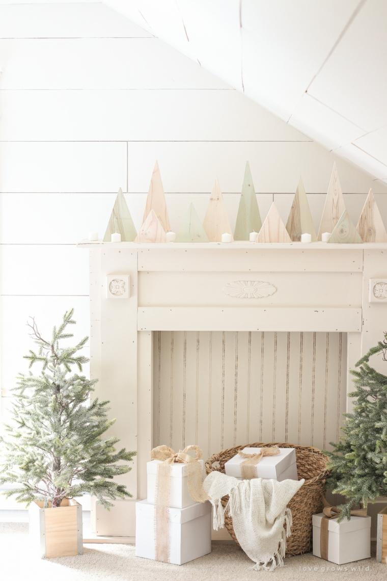Soggiorno con camino, decorazioni con alberelli di carta, alberelli di Natale fai da te