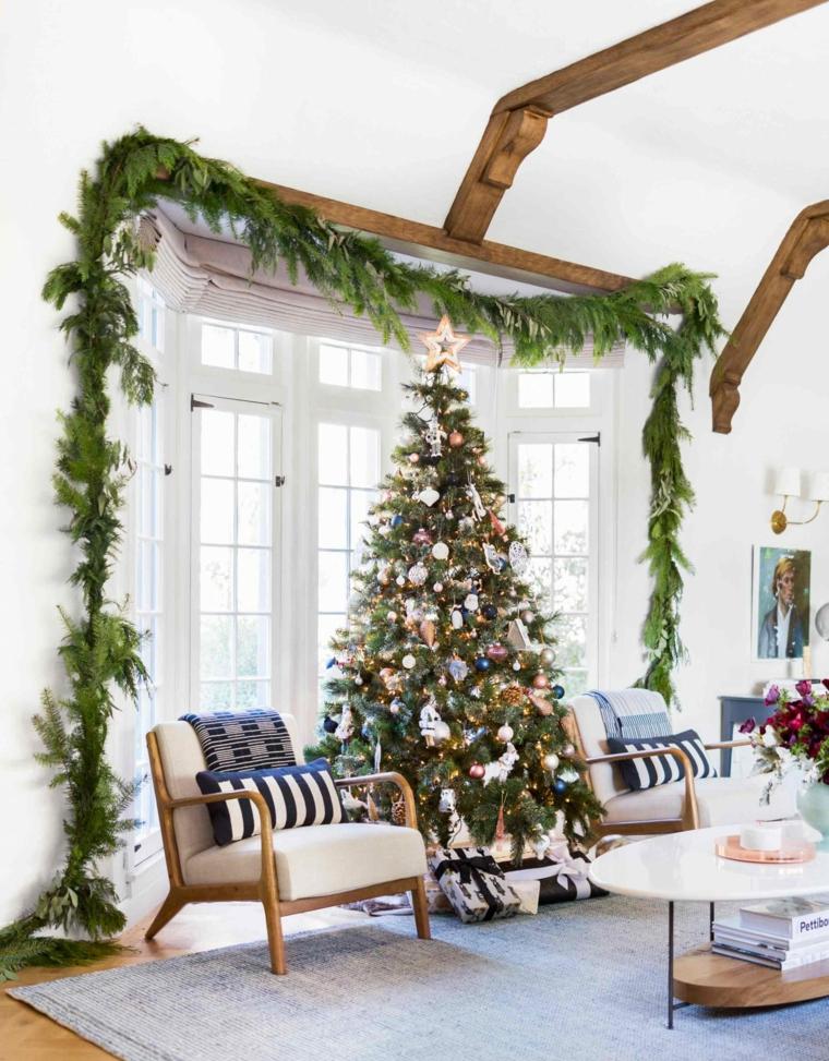 Alberelli di Natale fai da te, portafinestra decorata con ghirlanda di rametti, soggiorno con travi di legno