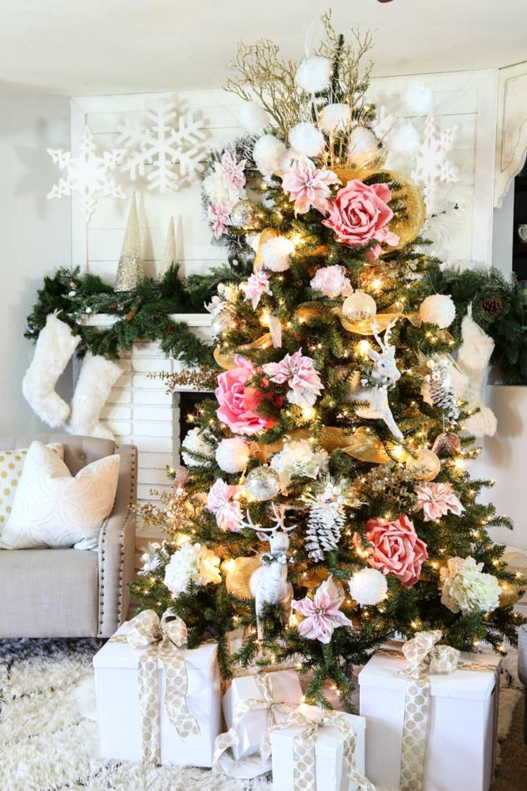 Alberelli di Natale fai da te, albero decorato con fiori finti, soggiorno con camino