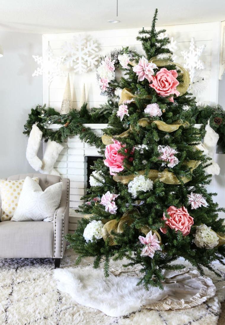 Alberelli di Natale fai da te, albero con decorazioni di stoffa, soggiorno con camino