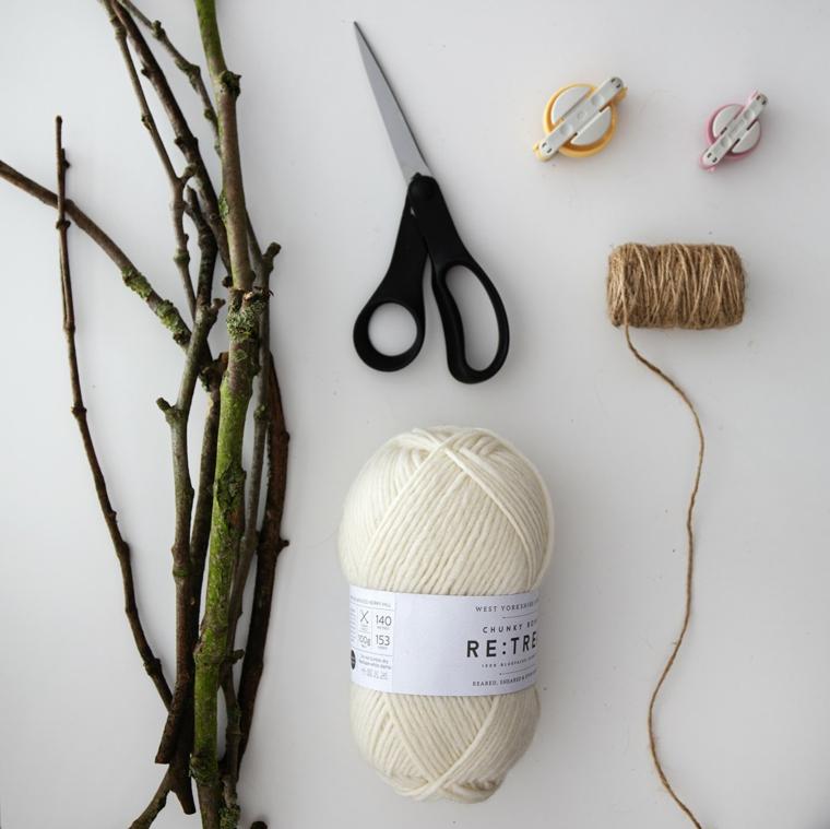 Alberelli di Natale fai da te, materiali per realizzare un alberello, rotolo di lana bianca e rametti