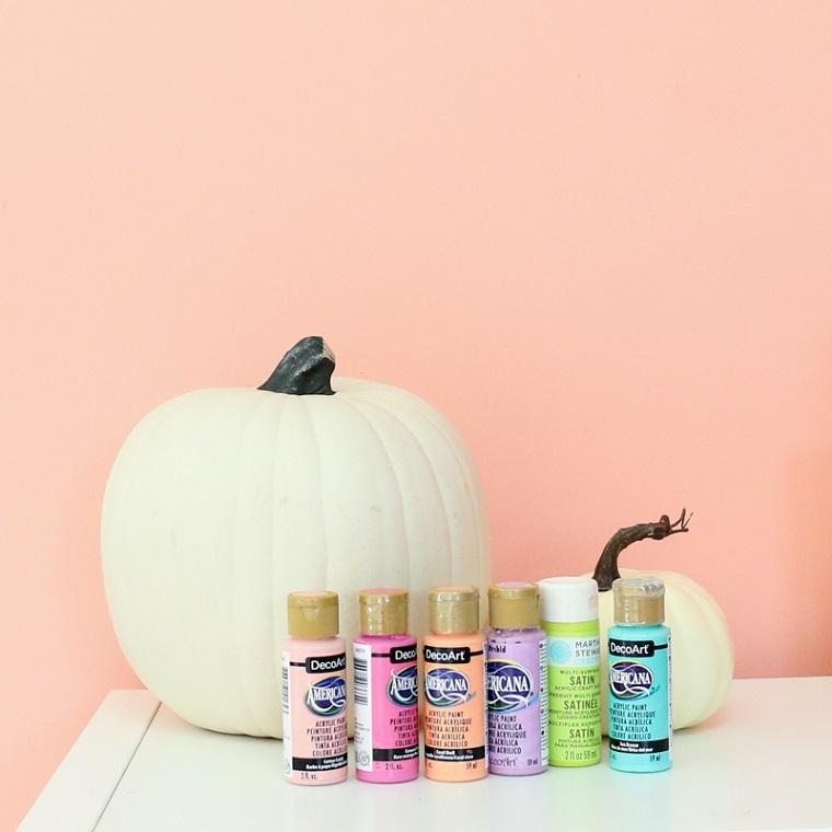 Tubi di colori acrilici, zucca finta di colore bianco, decorazioni per Halloween con zucche intagliate