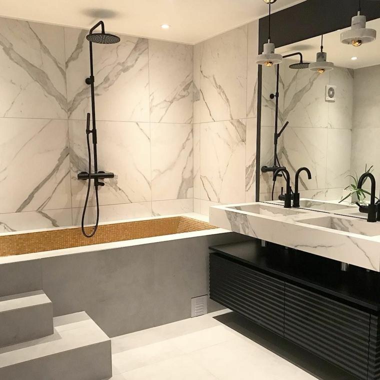 Sala da bagno con vasca, rivestimento pareti del bagno con piastrelle in marmo
