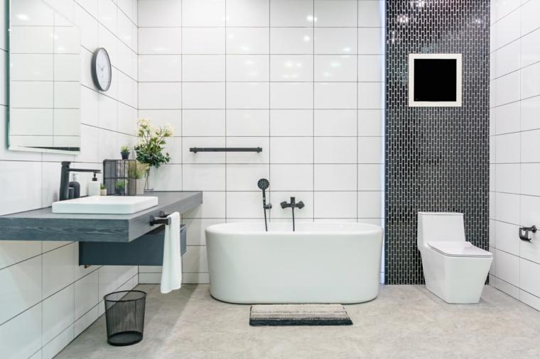 Sala da bagno con vasca, rivestimento delle pareti del bagno con piastrelle bianche