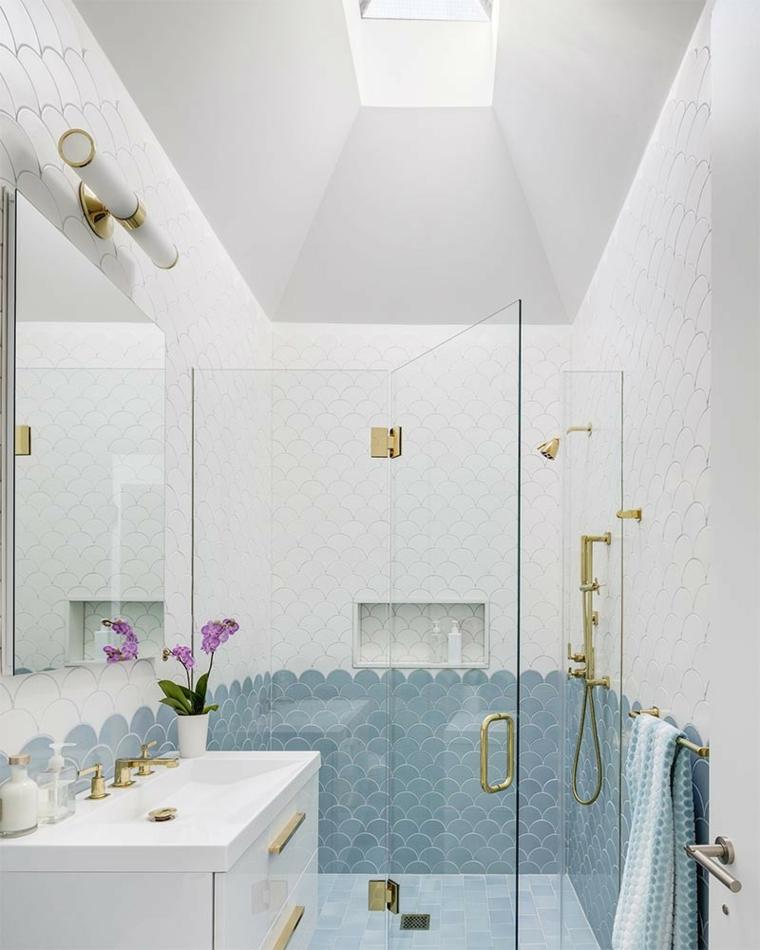 Box doccia con porta di vetro, esempi disposizione piastrelle bagno, specchio con lampada sopra