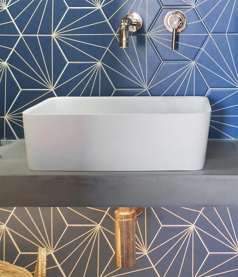 Bagni piccoli con doccia e lavatrice, mobile con lavabo da appoggio e parete con piastrelle blu