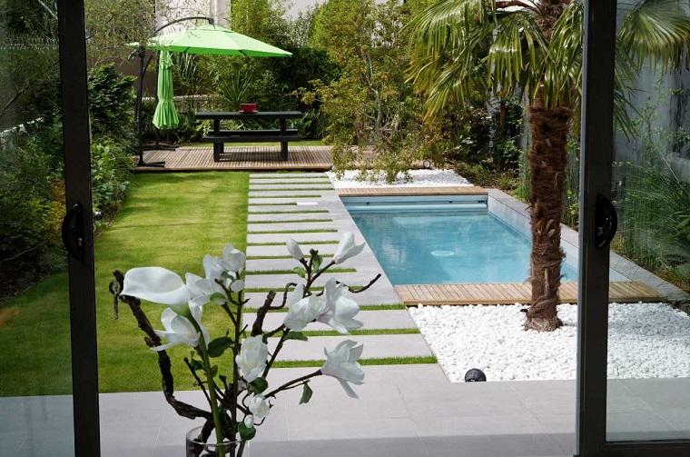 piccola piscina piastrelle ceramica prato verde