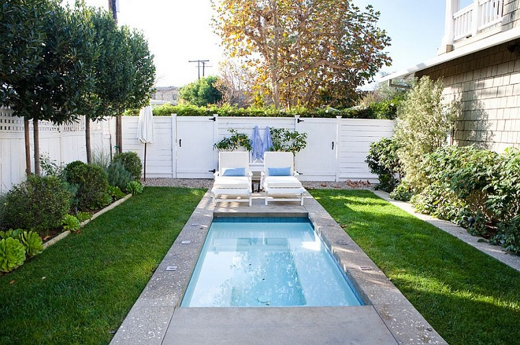 piscina da giardino interrata due sdrai prato verde