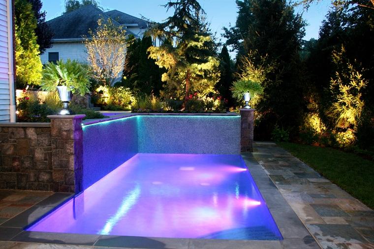 piscina piccola illuminata luci led atmosfera romantica