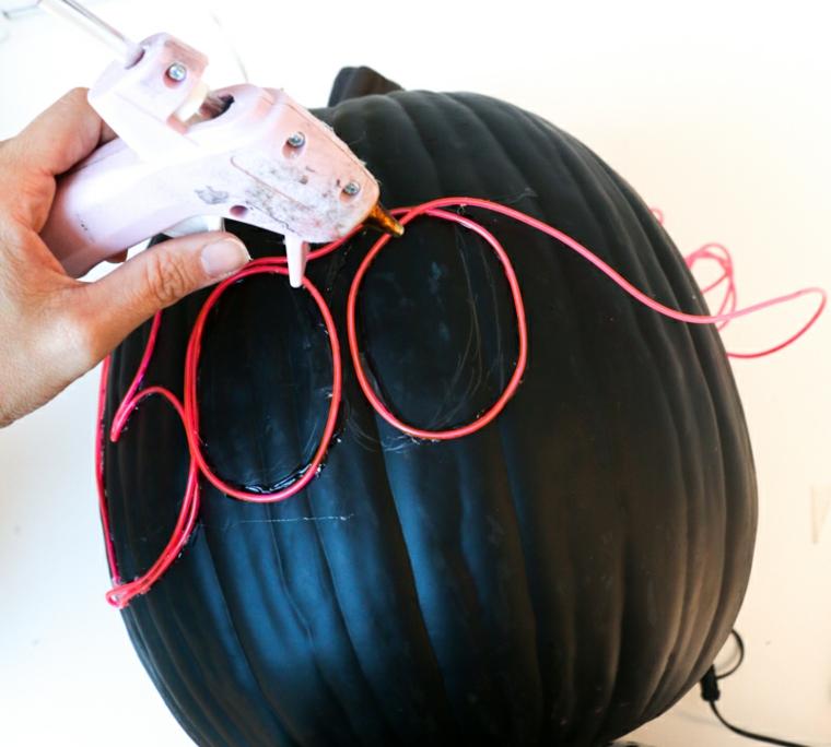 Immagini zucca Halloween, pistola per colla a caldo, incollare filo lucine led