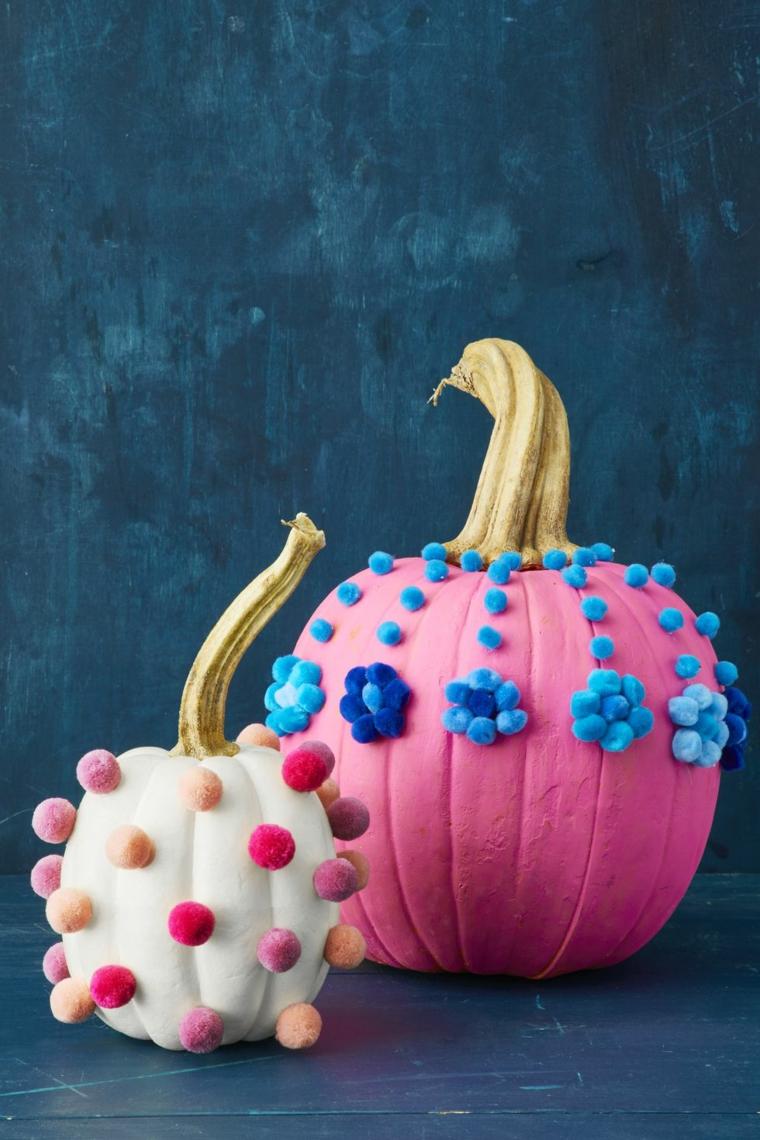 Zucche con pom pom, zucca dipinta di rosa, immagine con sfondo blu, immagini zucca Halloween