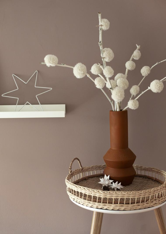 Decorazioni natalizie fai da te, vaso con rametti dipinti di bianco, rametti con pompon di lana