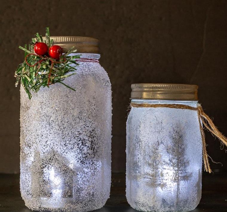 Lavoretti di Natale semplici ma belli, barattolo di vetro decorato con bacche e rametti, portacandela di vetro