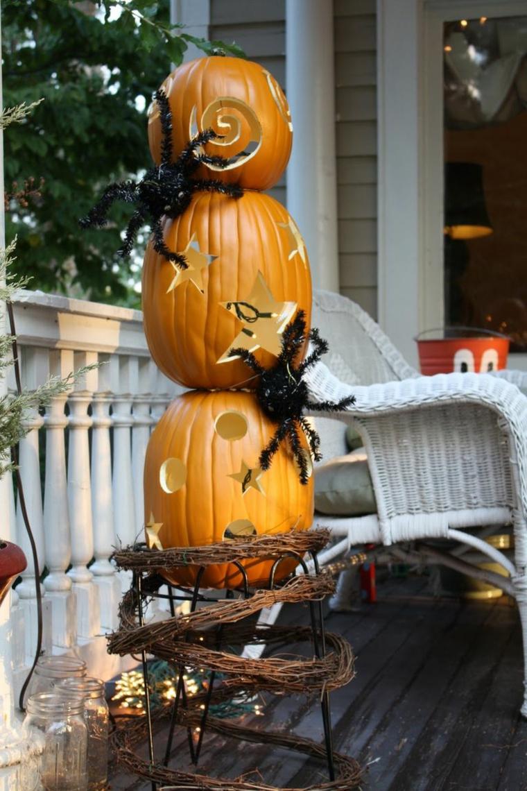 Zucca di Halloween, zucche intagliate, ragni finti, decorazioni veranda per Halloween