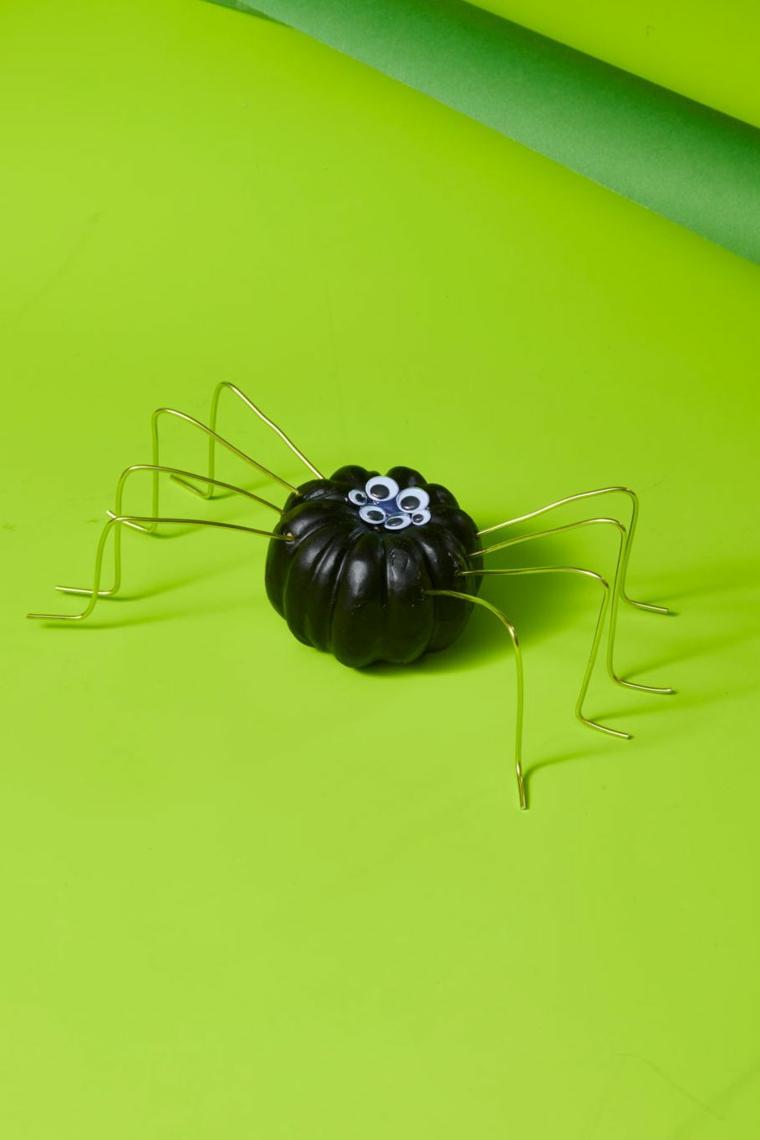 Come tagliare la zucca, mini zucca ragno, zucca dipinta di nero con occhi, piedi ragno filo di ferro