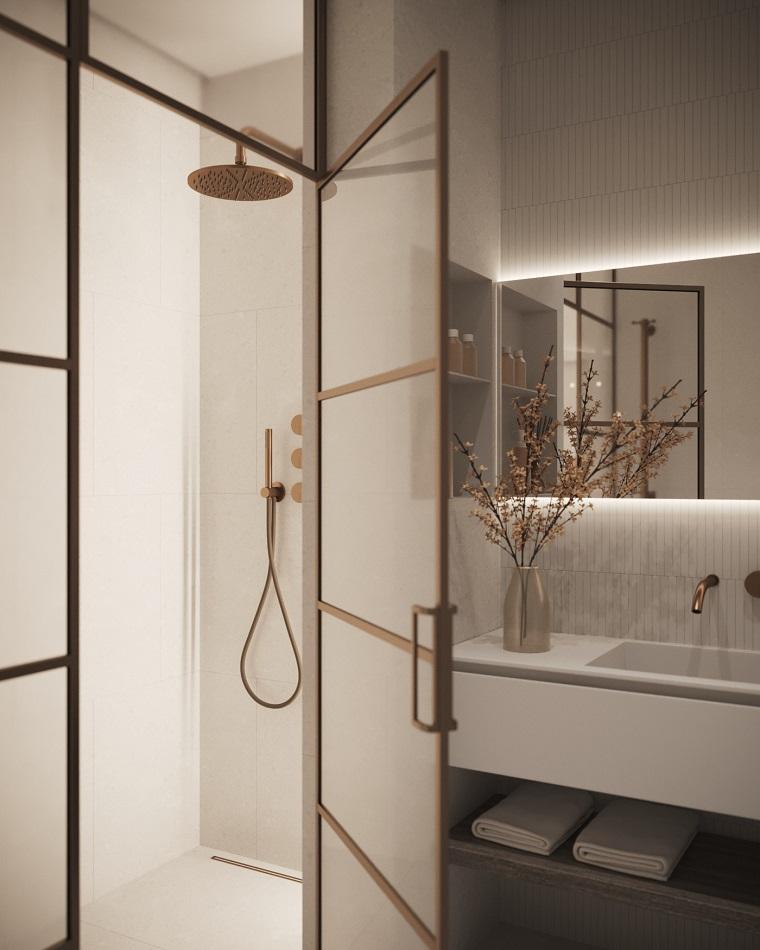 Bagno piccolo con soluzioni salvaspazio, vaso con composizione floreale sul lavabo