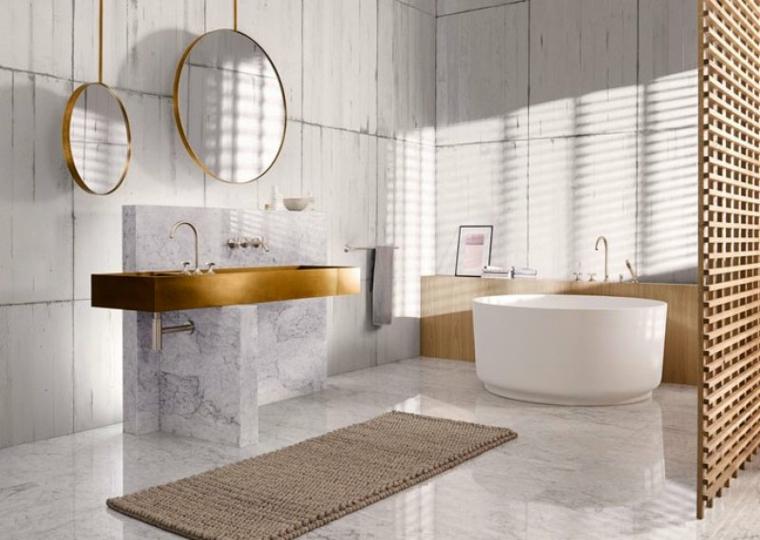 Mobile lavabo con due specchi, sala da bagno con vasca rotonda, pareti bagno con piastrelle