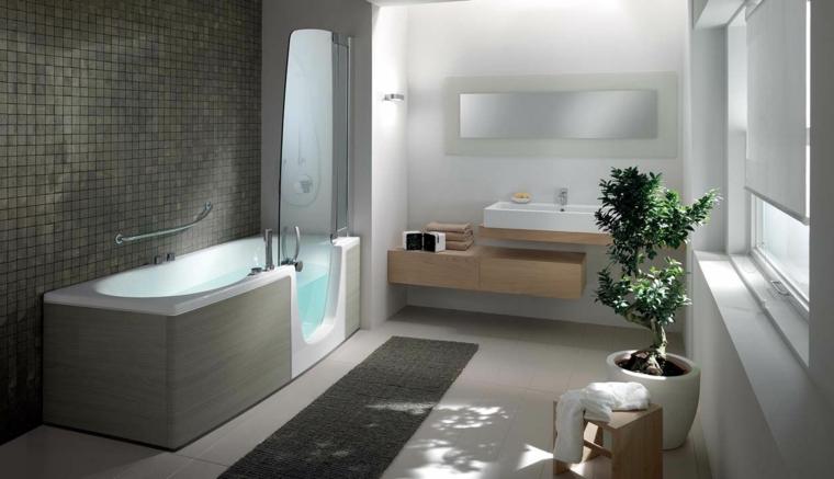 Sala da bagno con vasca, mobile lavabo in legno a due piani con specchio retro illuminato