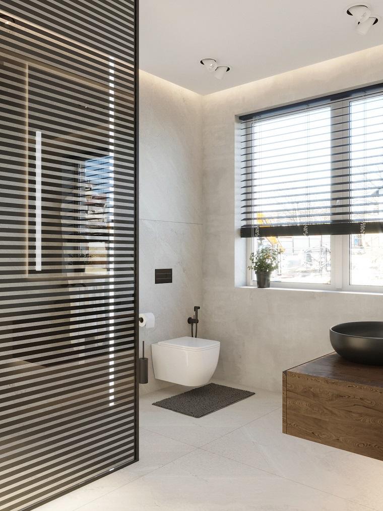 Disposizioni sanitari bagno rettangolare, illuminazione bagno con faretti sul soffitto