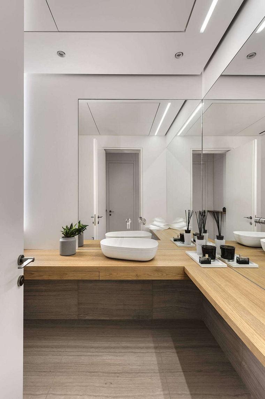 Mobile da bagno in legno con lavabo da appoggio, illuminazione bagno con faretti sul soffitto