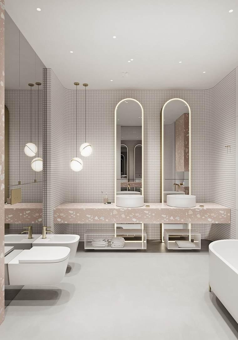 Sala da bagno con rivestimento in piastrelle, mobile con due lavabi e specchi