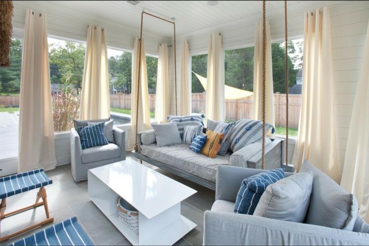 salotto stile roamntico tende bianche arredamento azzuro tavolino lucido