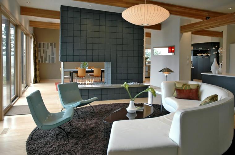 soggiorni moderni ritorno passato divano bianco sedie azzure muro decorativo