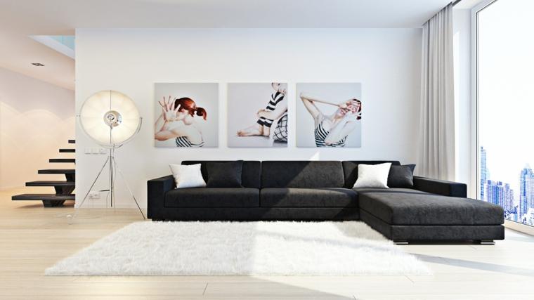 soggiorno bianco divano nero luce naturale tre quadri abbelliscono muro