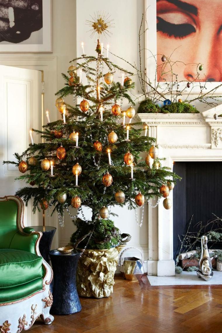 Soggiorno con camino a legna, alberello con candele, addobbi natalizi fatti a mano