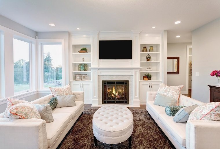 soggiorno moderno camino divani bianchi