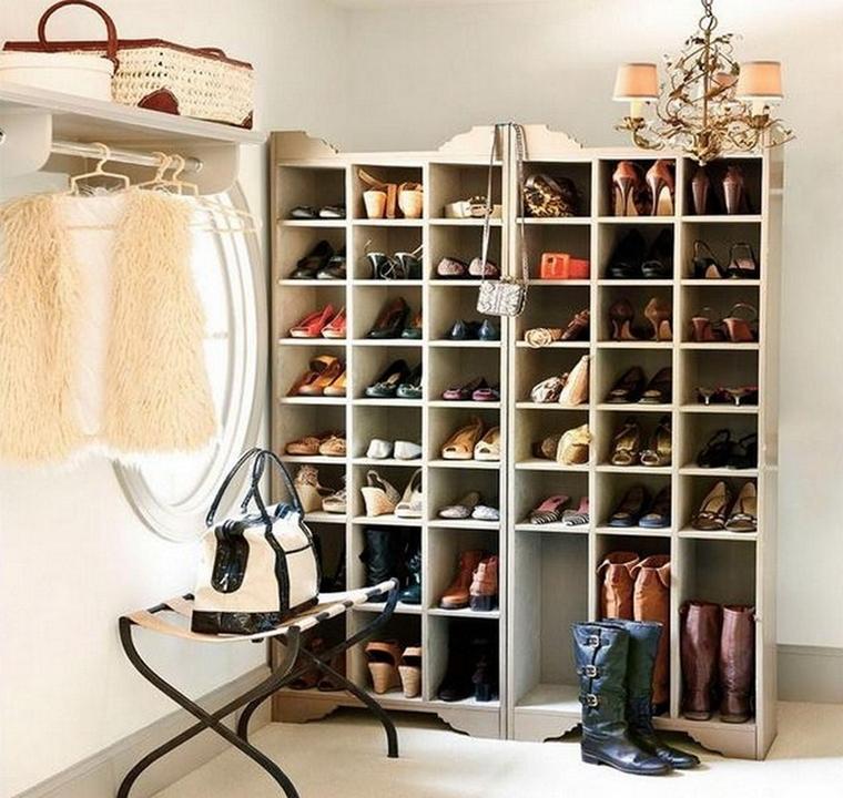 spazio libero sfruttato utilizzando armadio muro dove mettere scarpe